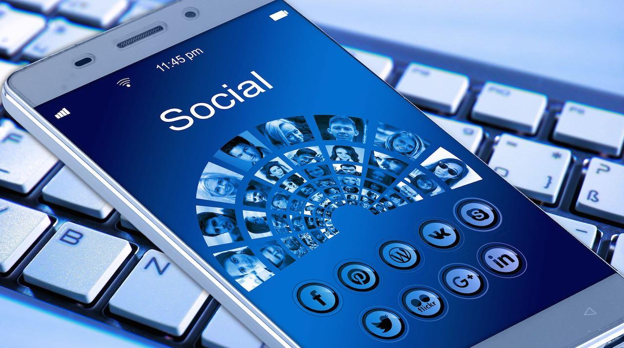 advertising-excellence-media-social-media-smartphone